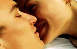 couple_intimate_kiss